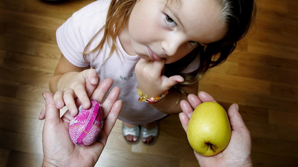 """""""Premiamos a los niños con comida malsana y los castigamos con comida saludable"""" - Nutriweb"""
